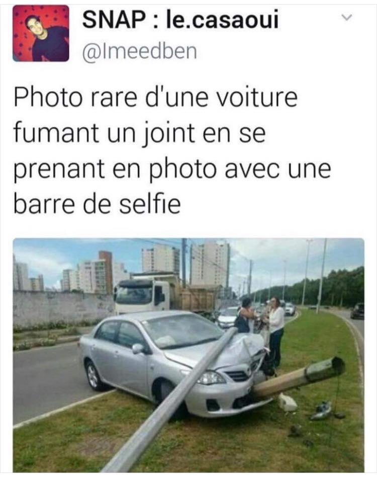 Photo rare d'une voiture fumant un joint en se prenant en photo