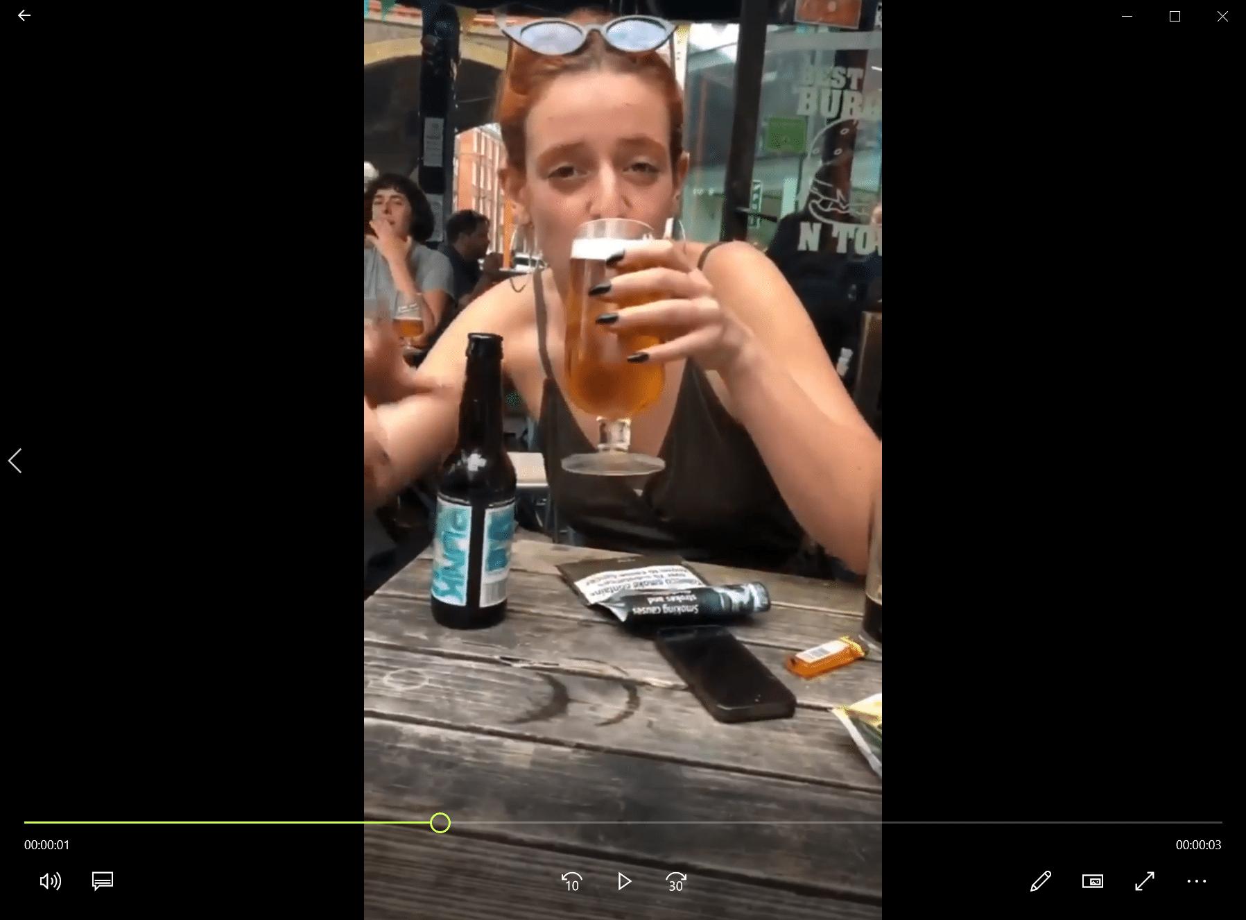 Cette fille a un problème de boisson
