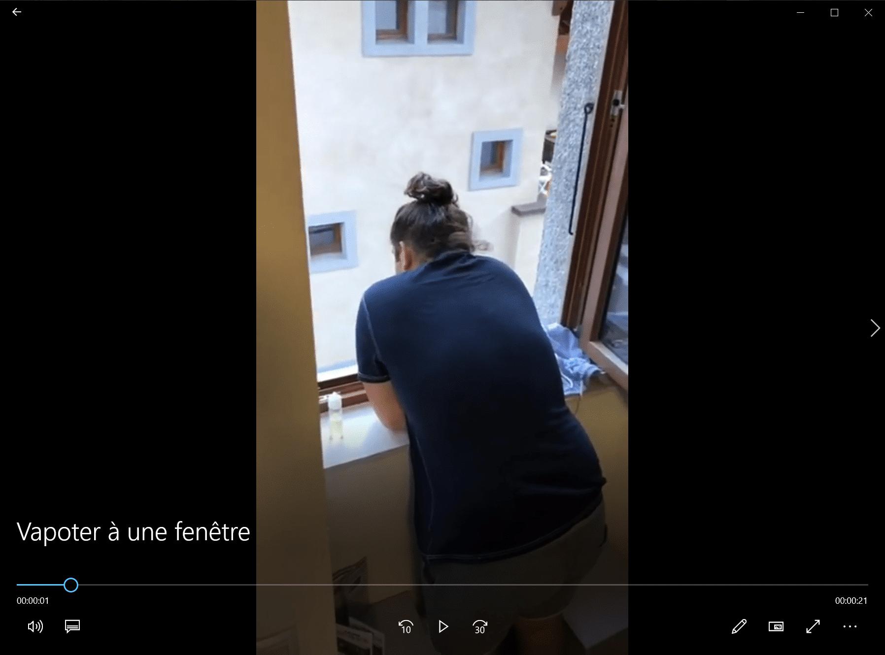Vapoter à une fenêtre